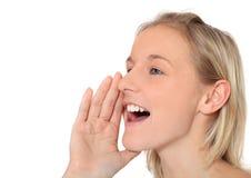 De tiener schreeuwt uit luid Stock Foto