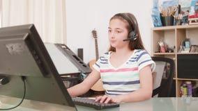 De tiener speelt een online spel en wordt boos na het verliezen stock videobeelden