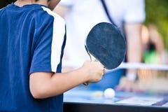 De tiener speelt Pingpong Stock Afbeeldingen