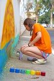 De tiener trekt de graffiti Stock Fotografie