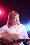 De tiener van Bluesy met gitaar en stadiumverlichting Stock Fotografie