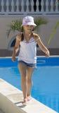 De tiener van het meisje haast zich bij het begrenzen van pool Stock Afbeelding
