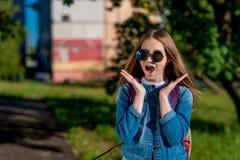 De tiener van het meisjesschoolmeisje De aard van de zomer In jeanskleren, zonnebril Het concept verrassing, verrassingen, gift Royalty-vrije Stock Foto's
