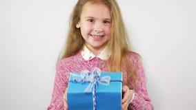 De tiener verheugt zich het heden Blauwe doos met een gift stock videobeelden