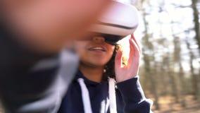 De tiener vrouwelijke jonge vrouw die van het Biracial Afrikaanse Amerikaanse meisje virtuele werkelijkheidsvr hoofdtelefoon in e stock videobeelden