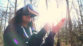 De tiener vrouwelijke jonge vrouw die van het Biracial Afrikaanse Amerikaanse meisje virtuele werkelijkheidsvr hoofdtelefoon in e stock video