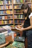 De tiener wil boeken kopen Stock Fotografie