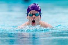 De tiener zwemt Gala Goggles  Stock Afbeeldingen