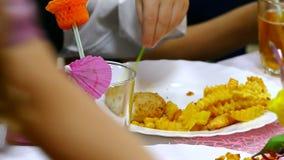 De tieneraardappel eet frieten en lapje vleesplaat stock footage