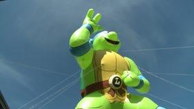 De tienerballon van Mutantninja Turtles bij parade stock videobeelden