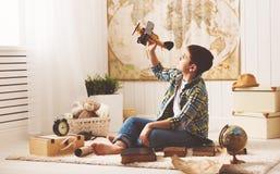 De tienerdromen van de kindjongen van het worden proef en vliegenierstraveli Stock Afbeelding