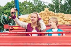 De tienerjaren gaan Selfie op de Carrousel maken De jongen handelt de Aap Stock Fotografie