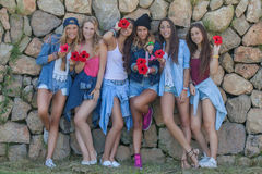 De tienerjaren gelukkige groep van het manierdenim Stock Foto's