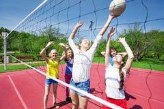 De tienerjaren in motie met wapens spelen omhoog volleyball royalty-vrije stock afbeeldingen