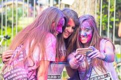 De tienerjaren nemen een selfie tijdens de kleurenlooppas Stock Foto's