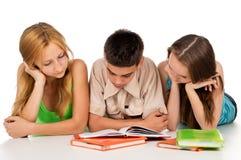 De tienerjaren treffen voor examens voorbereidingen Stock Fotografie