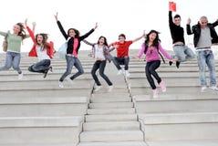 De tienerjaren van de groep, tieners het springen Stock Afbeeldingen