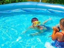 De tienerjaren zwemmen in de pool stock fotografie