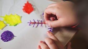 De tienerjongen gebruikt een 3D pen Hij creeert een 3D cijfer van plastiek stock videobeelden