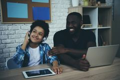 De tienerjongen in hoofdtelefoons luistert aan muziek royalty-vrije stock foto