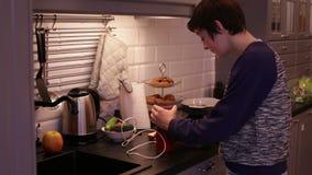 De tienerjongen maalt Koffie in een Koffiemolen stock videobeelden