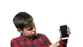 De tienerjongen is verstoord en droevig Close-up op een witte achtergrond stock video