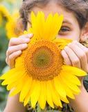 De tienermeisje van de schoonheid met zonnebloem Stock Foto's