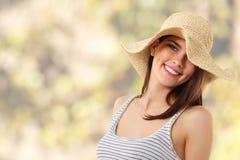 De tienermeisje van de zomer vrolijk in strohoed stock foto's