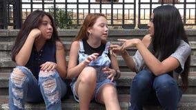 De tienermeisjes spreken en gaan akkoord stock videobeelden
