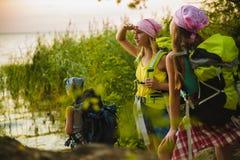 De tienerreizigers met rugzakken die zich op kustzwerflust bevinden reizen concept stock foto