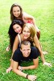 De tieners groeperen zich in het park Royalty-vrije Stock Foto