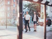 De tieners hangen uit de stedelijke vrije tijd van de de jeugdstijl stock foto's