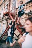 De tieners hangen uit de stedelijke vrije tijd van de de jeugdstijl royalty-vrije stock fotografie