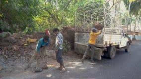 De tieners leggen een weg in het dorp aan stock videobeelden