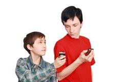 De tieners vergelijken telefoons Stock Foto