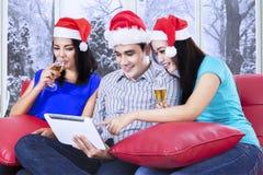 De tienersgroep viert Kerstmisdag Royalty-vrije Stock Foto's