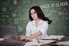 De tienerstudent leert met laptop in klasse Royalty-vrije Stock Fotografie