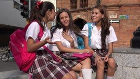 De Tienervrienden van schoolmeisjes stock footage