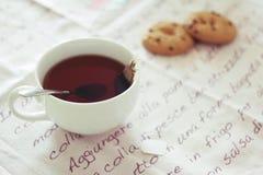 De tijd en het koekje van de thee met chocoladeschilfers Stock Fotografie