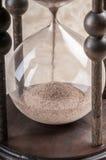 De tijd is geld. Antieke zandloper. stock foto