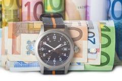 De tijd is geld, horloge en bankbiljetten Stock Afbeeldingen