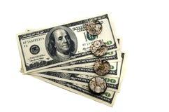 De tijd is geld De oude klokmechanismen worden gevestigd op dollars Stock Foto