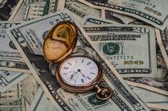 De tijd is geldhorloge met contant geldachtergrond Stock Foto