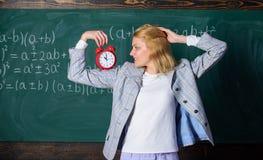 De tijd heeft kwestie voor haar Welkom leraarsschooljaar Gezond dagelijks regime De les van het opvoederbegin Zij geeft om stock foto's