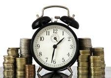 DE TIJD IS HET CONCEPT VAN HET GELD: wekker en euro muntstukken Royalty-vrije Stock Afbeeldingen