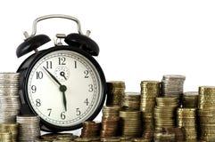 DE TIJD IS HET CONCEPT VAN HET GELD: wekker en euro muntstukken Stock Foto