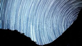 De tijd-tijdspanne van de sterrensleep in de voorgrond van silhouetberg stock video