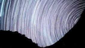 De tijd-tijdspanne van de sterrensleep in de voorgrond van silhouetberg stock videobeelden