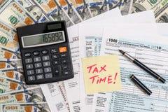 De tijd van de belasting belastingsvorm met geld Royalty-vrije Stock Foto's