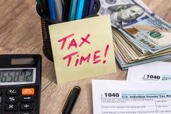 De tijd van de belasting belastingsvorm met geld Royalty-vrije Stock Foto